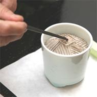 6. Coloque un trozo de madera aromática en la placa superior