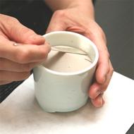 4. Apriete la ceniza dándole forma de cono